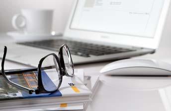 Sto Broschüren vor einem Laptop