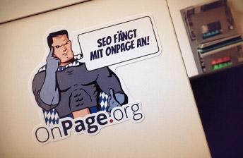 Aufkleber von OnPage.org in der Internetagentur Tojio
